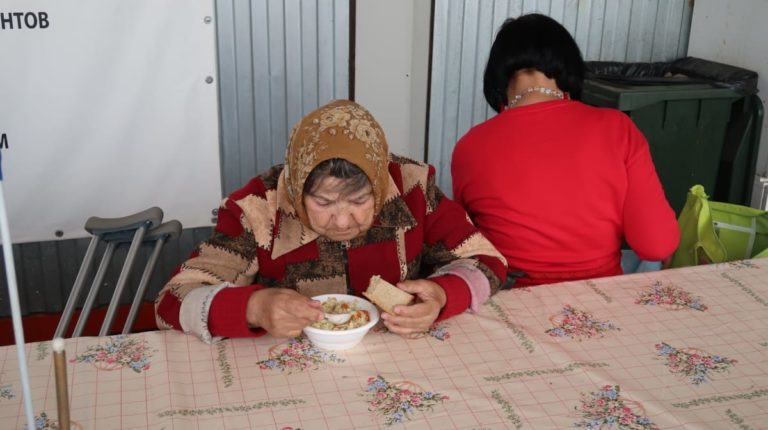 Бабушка ест в Приюте